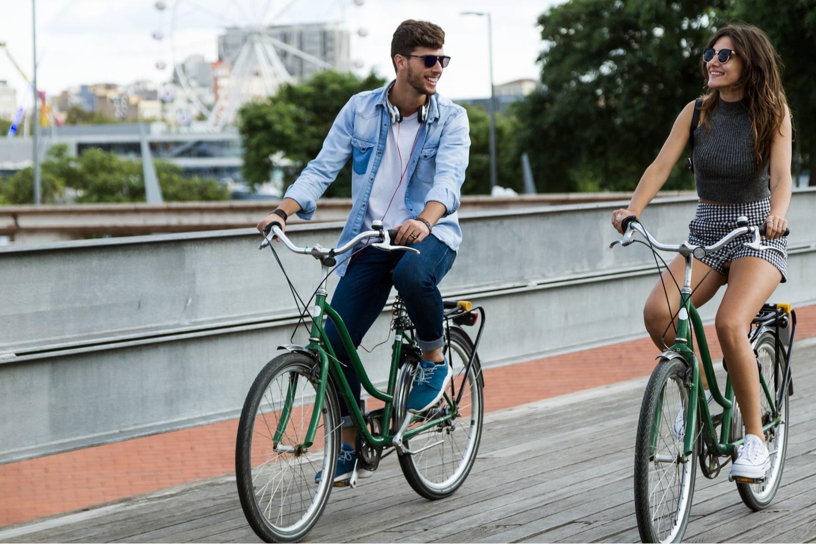 para jeździ rowerem po mieście