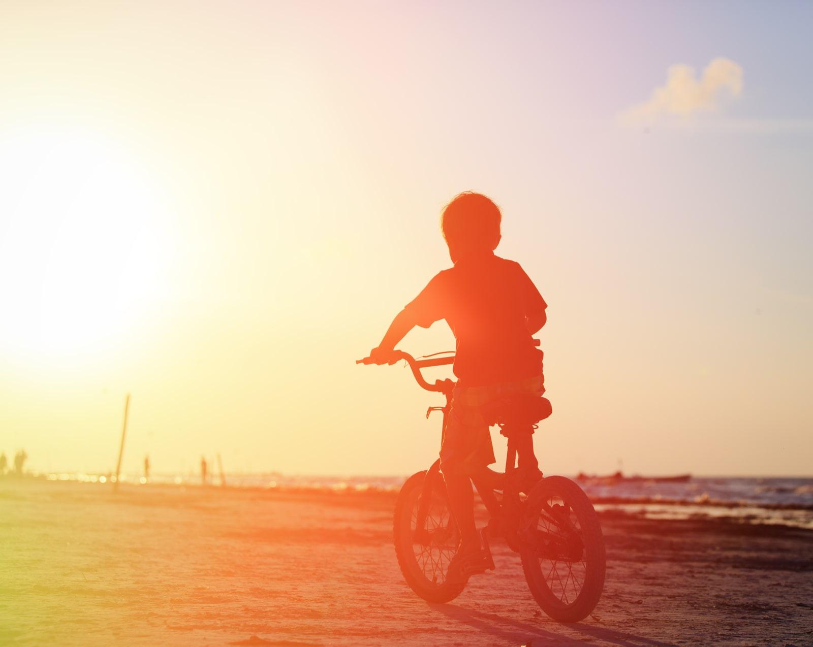 dziecko jeździ na rowerze